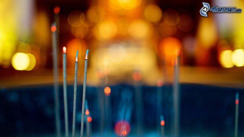 bastoncini di incenso, luci