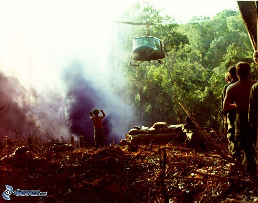 Elicottero militare, esplosione, foresta, soldati