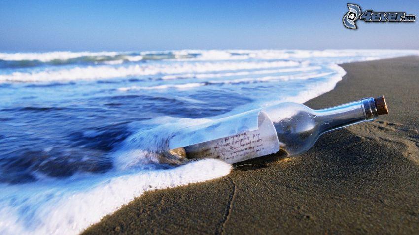 messaggio in una bottiglia, bottiglia nel mare, onde sulla costa