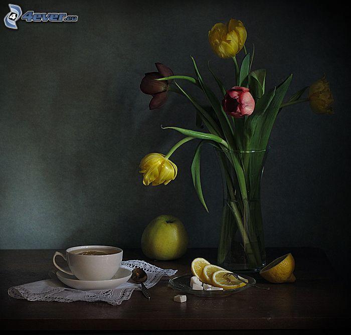 natura morta, tulipani, tulipani gialli, vaso, mela verde, tazza di tè, limone, zucchero in quadretti, cucchiai
