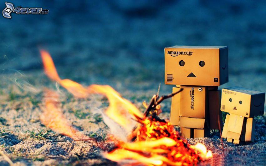 robot di carta, fuoco, arrosto sul fuoco all'aperto