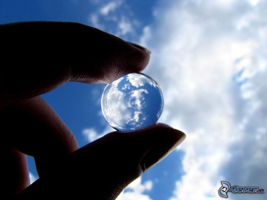 sfera di vetro, nuvole, dita