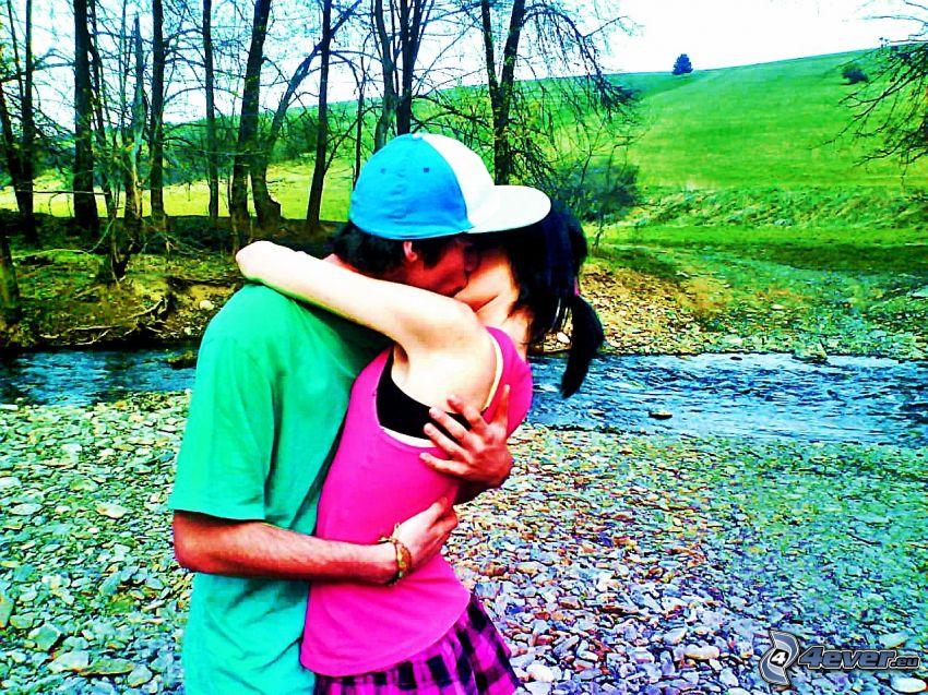 coppia in un abbraccio, bacio, amore, ruscello, prato, alberi, sassi