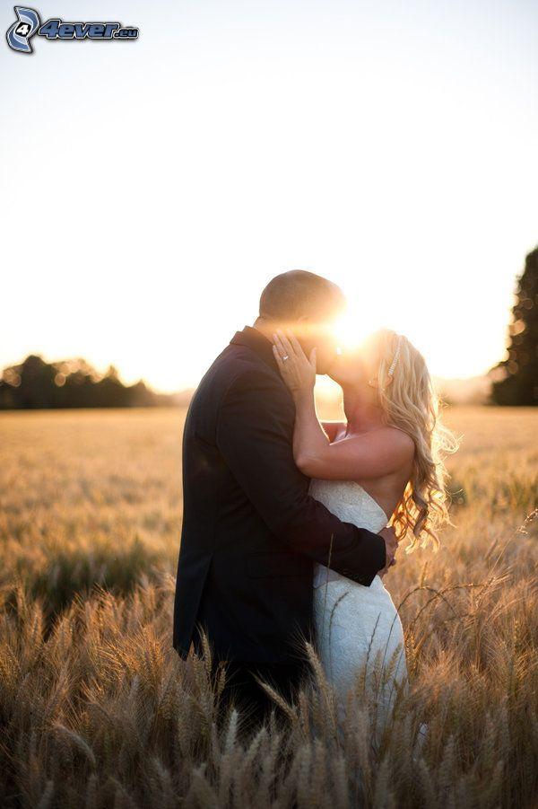 bacio al tramonto, sposi
