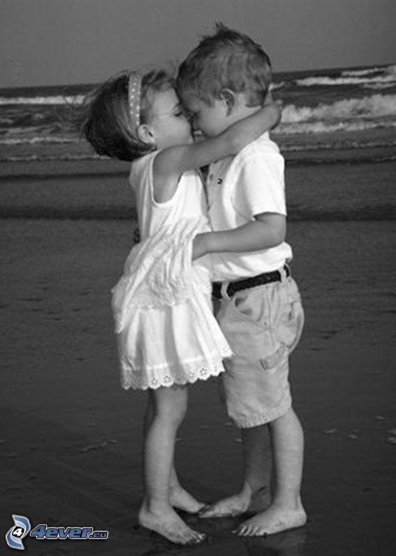 bacio dei bambini, ragazza e ragazzo, spiaggia, onde sulla costa, mare, romanticismo