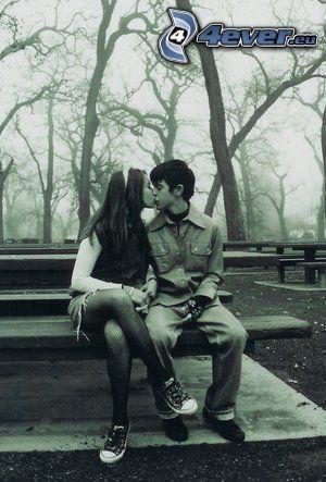 bacio sulla panchina, bacio, parco