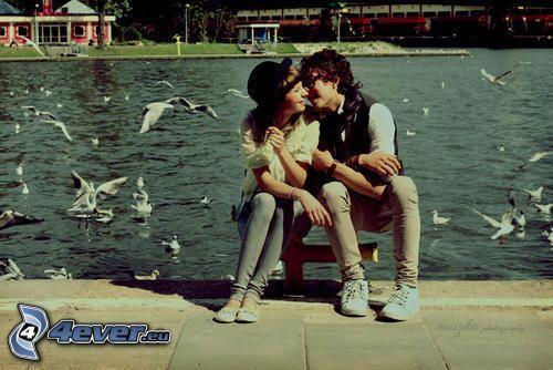 coppia al lago, amore, bacio, gabbiano