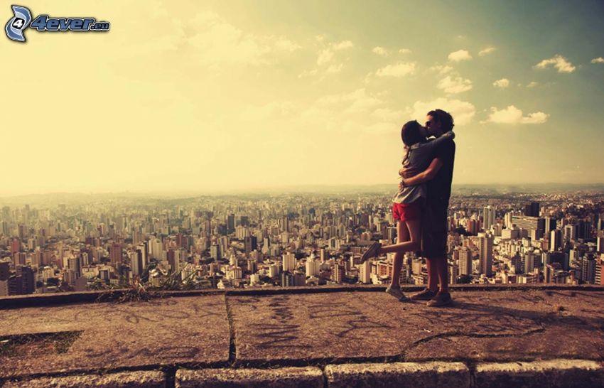 coppia in un abbraccio, bacio, città