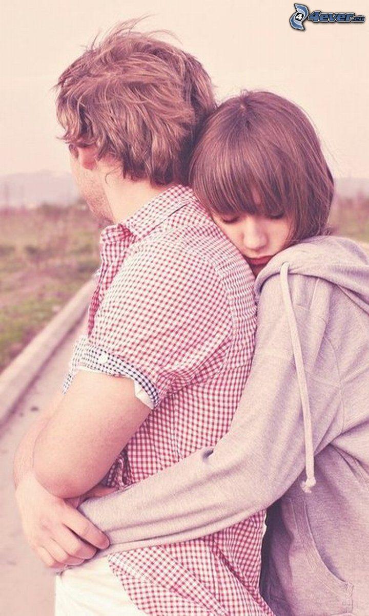 coppia in un abbraccio, romanticismo