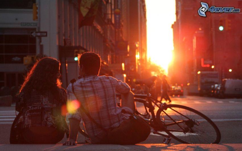 coppia nella città, bicicletta, tramonto in città, strada