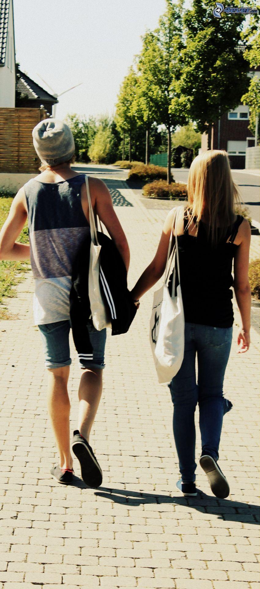 coppia nella città, passeggiata, tenendosi per mano, marciapiede, strada