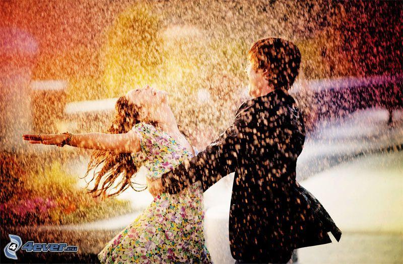 coppia sotto la pioggia, gioia