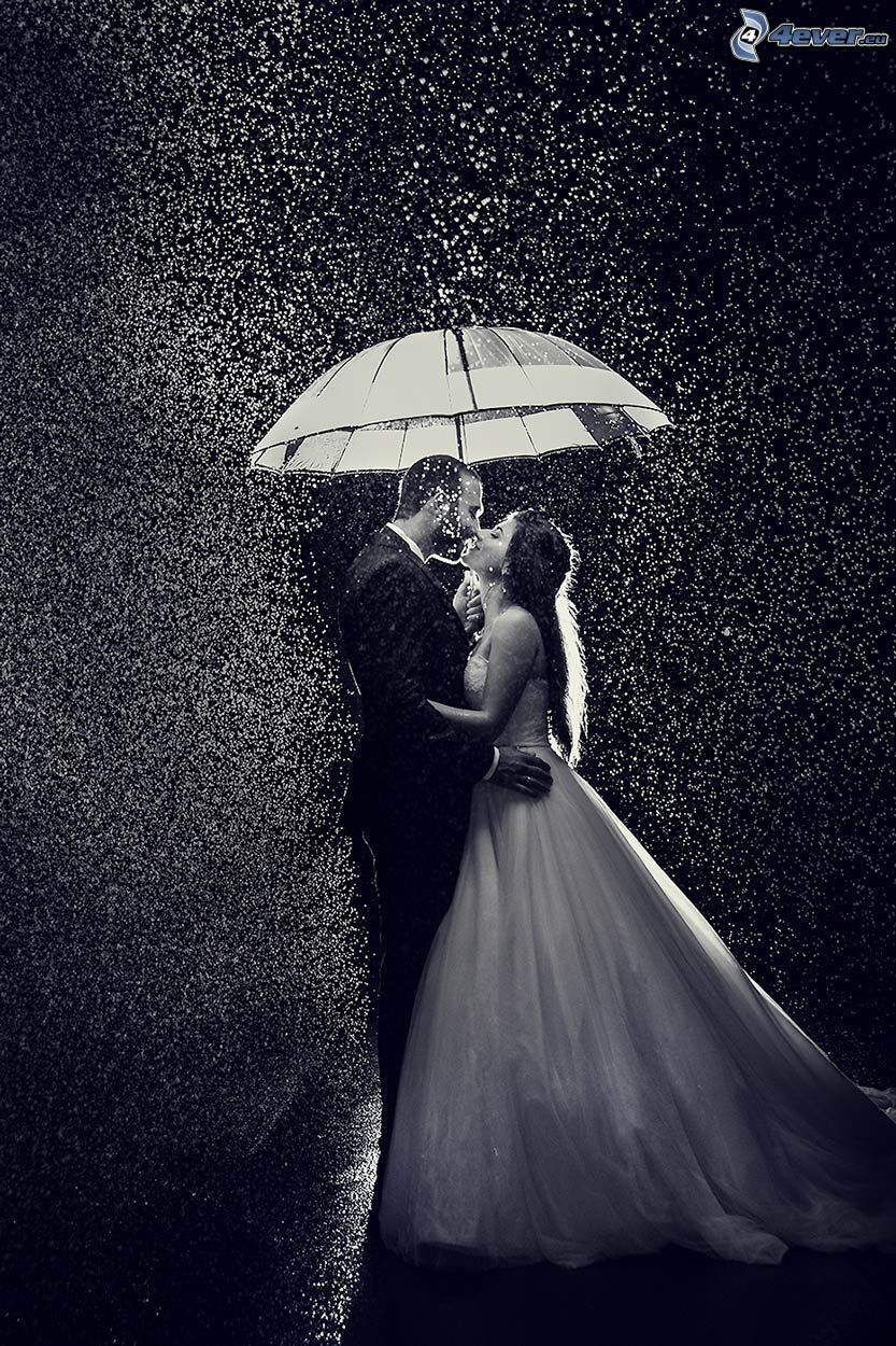 coppia sotto la pioggia, sposi, ombrello, foto in bianco e nero