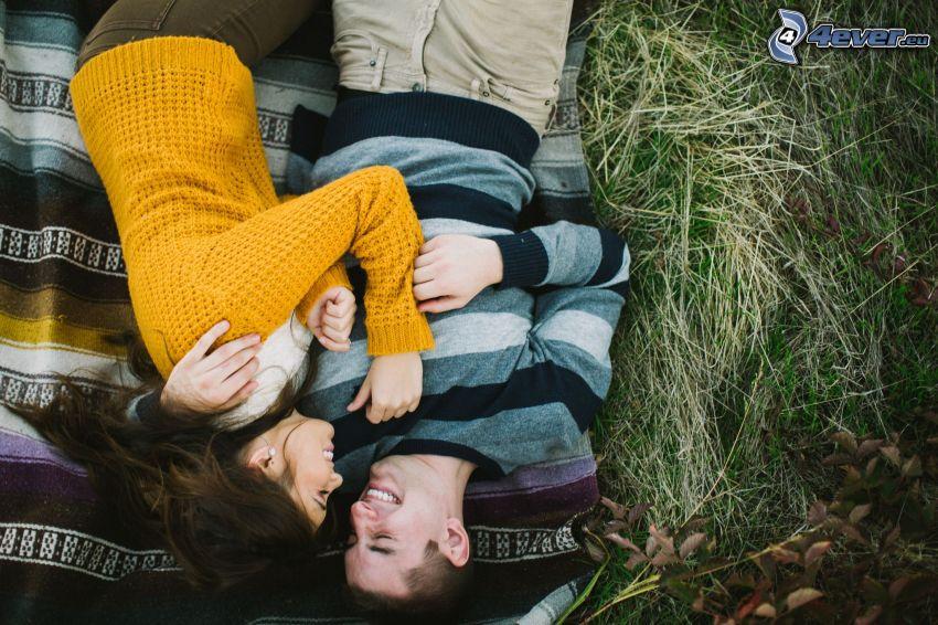 coppia sul prato, l'erba