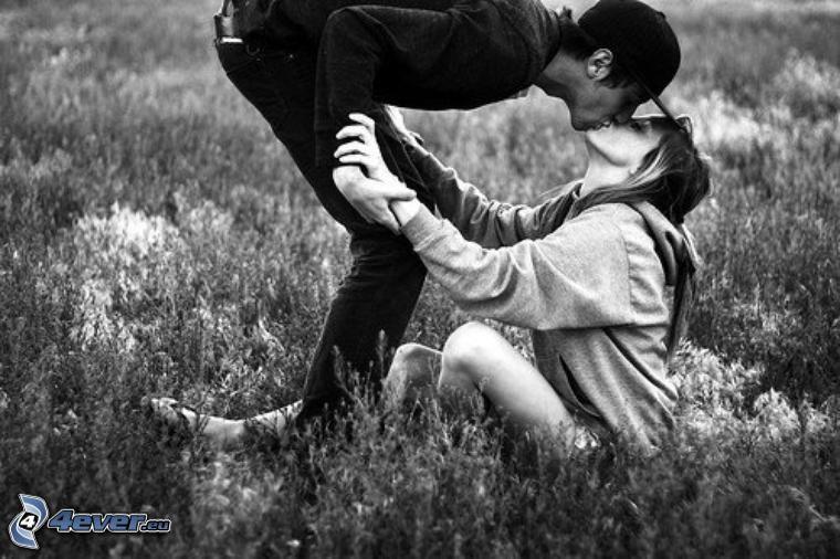 coppia sulla erba, bacio
