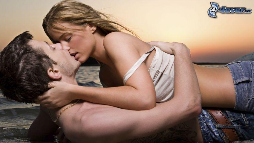 coppia sulla spiaggia, bacio