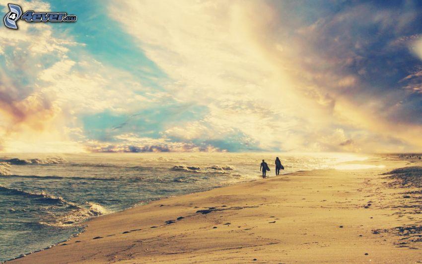 coppia sulla spiaggia, mare, nuvole