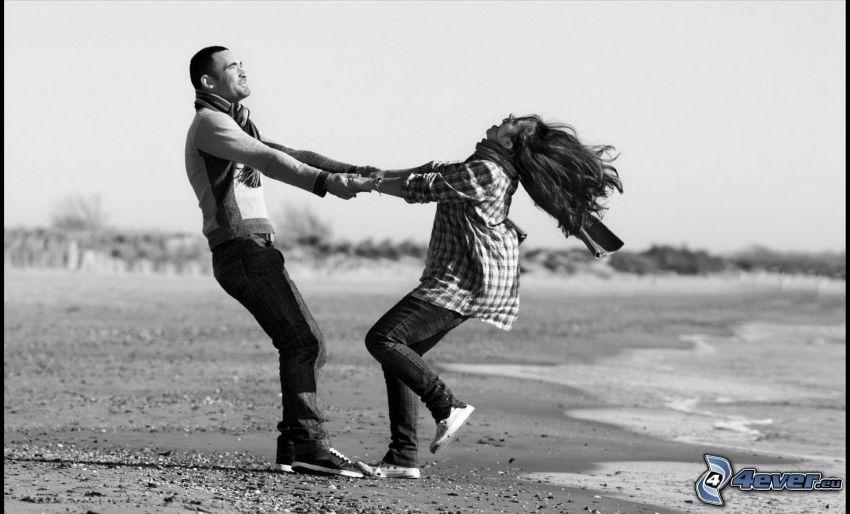 divertimento sulla spiaggia, coppia sulla spiaggia, foto in bianco e nero