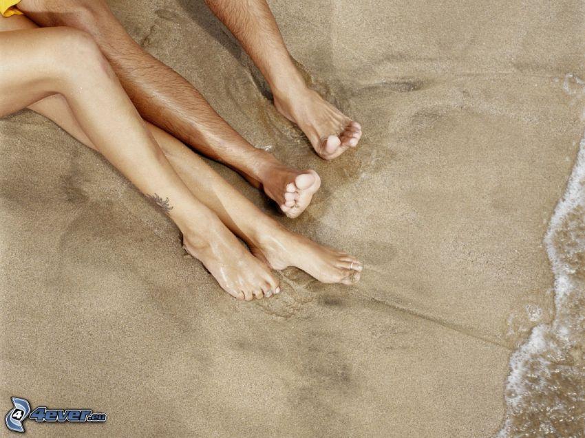 gambe, coppia sulla spiaggia
