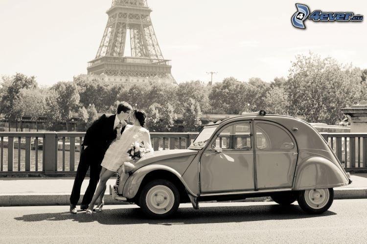 sposi, veicolo d'epoca, Torre Eiffel, Parigi, Francia, bianco e nero