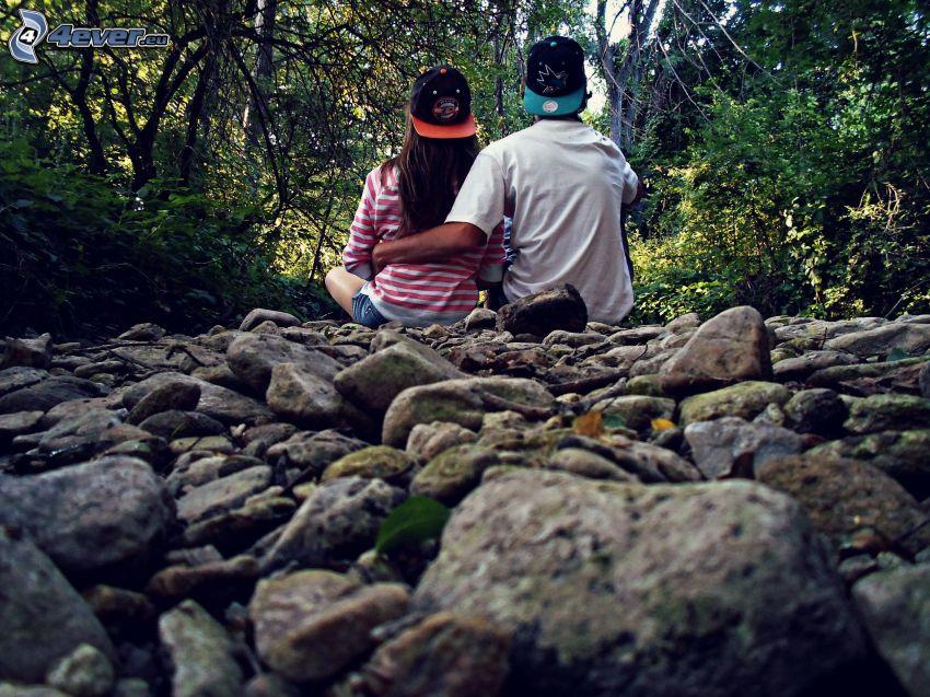una coppia nel bosco, pietre, foresta