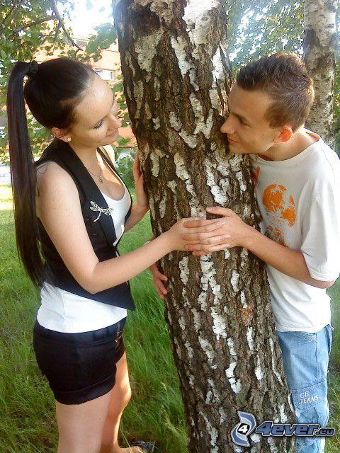 una coppia vicino all'albero