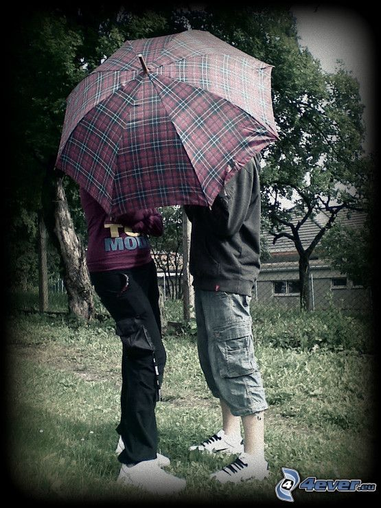 una coppia con ombrello, amore