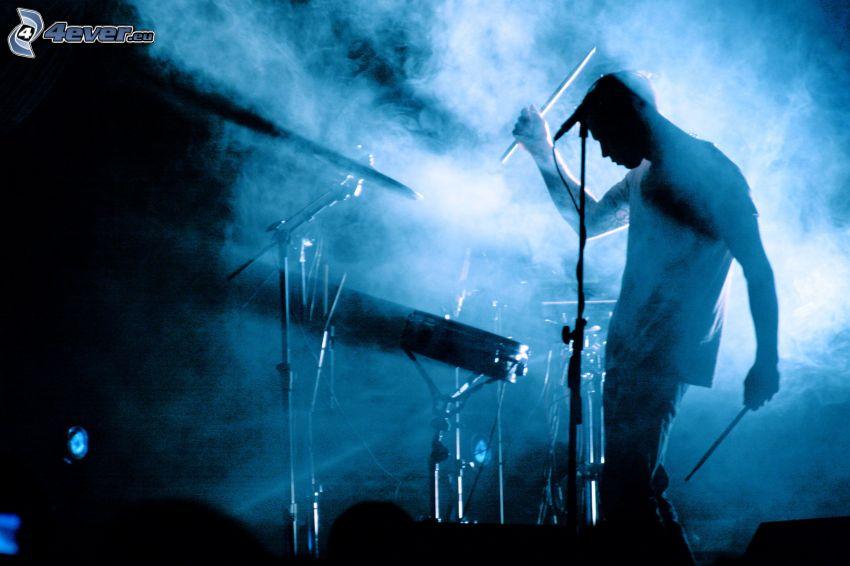 suonare la batteria, siluetta di un uomo
