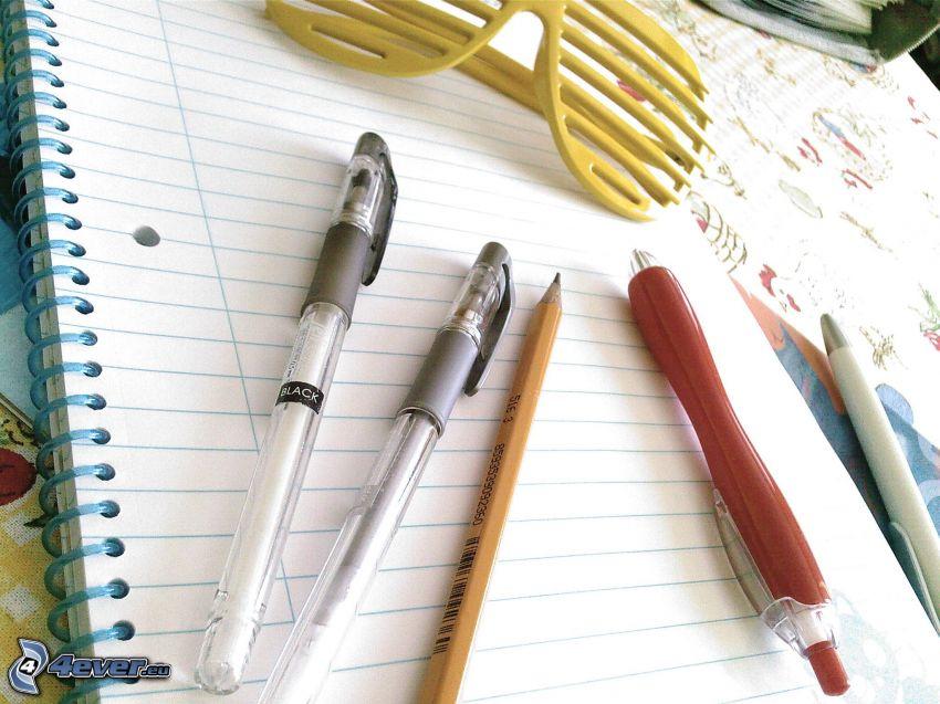 occhiali, penna, quaderno, natura morta