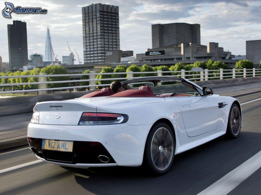 Aston Martin V12 Vantage, cabriolet, grattacieli