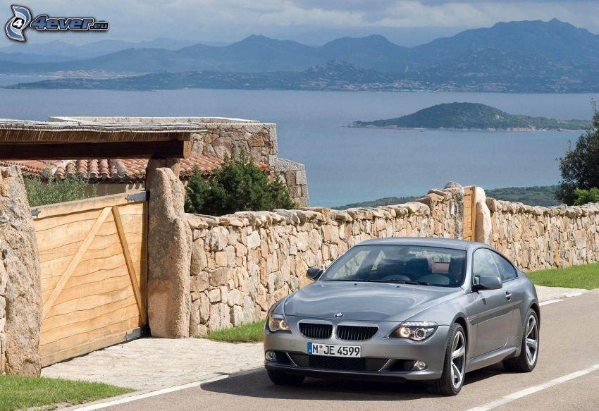 BMW 6 Series, muro di pietra, strada, lago, colline