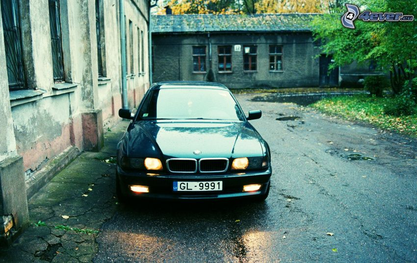 BMW 7, Vecchie case, strada