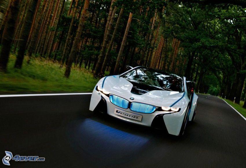 BMW i8, il percorso attraverso il bosco