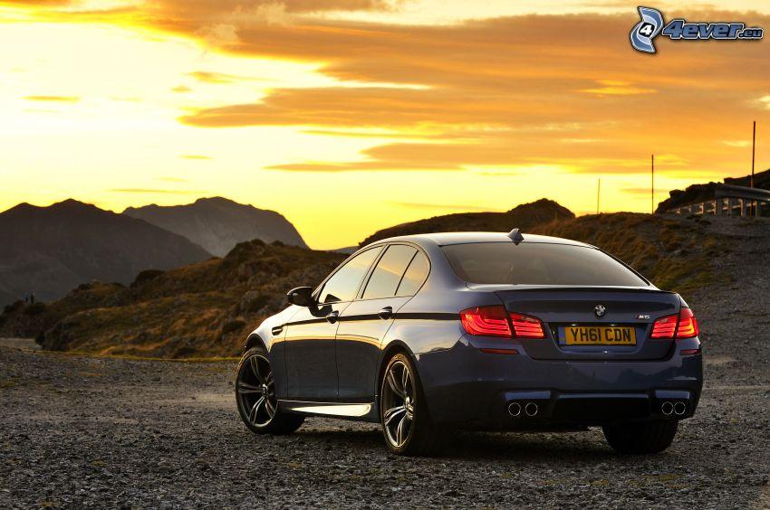 BMW M5, tramonto arancio, cielo di sera, montagne