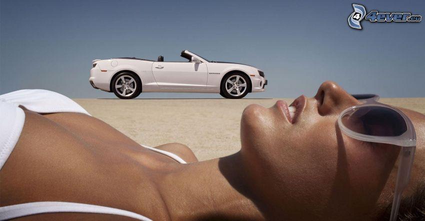 Chevrolet Camaro, cabriolet, donna in bikini, occhiali da sole