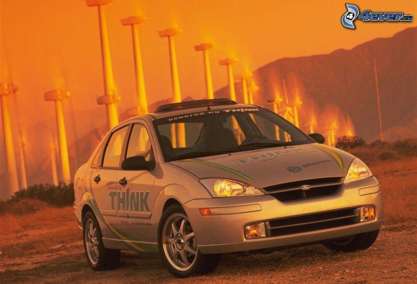Ford Focus, centrale eolica, cielo arancione