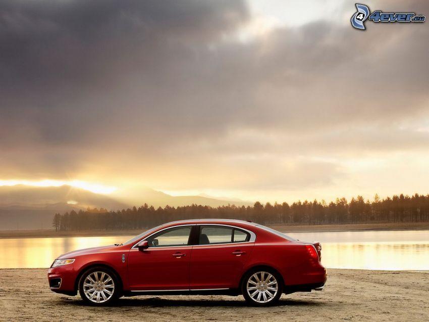 Lincoln MKS, tramonto sul lago, nuvole