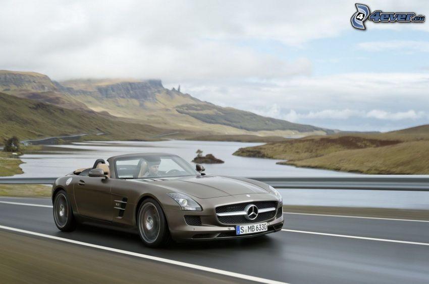 Mercedes-Benz SLS AMG, lago, collina
