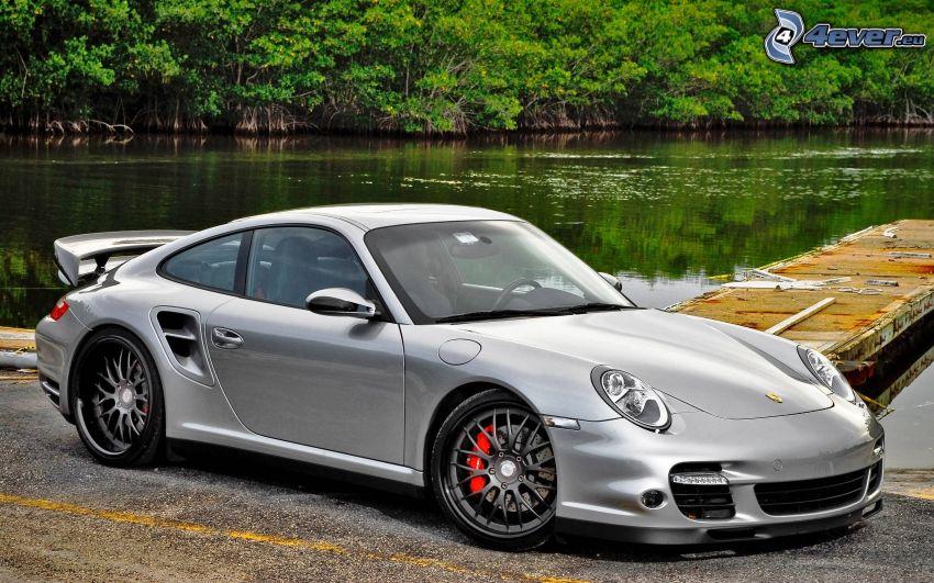 Porsche 911, molo di legno, lago