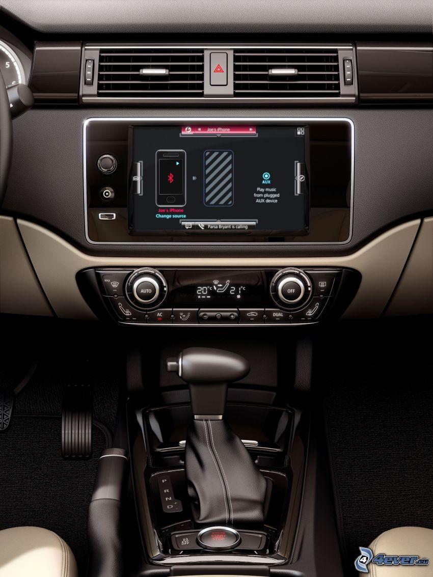 Qoros 3 Sedan, interno, GPS, Autoradio, leva del cambio