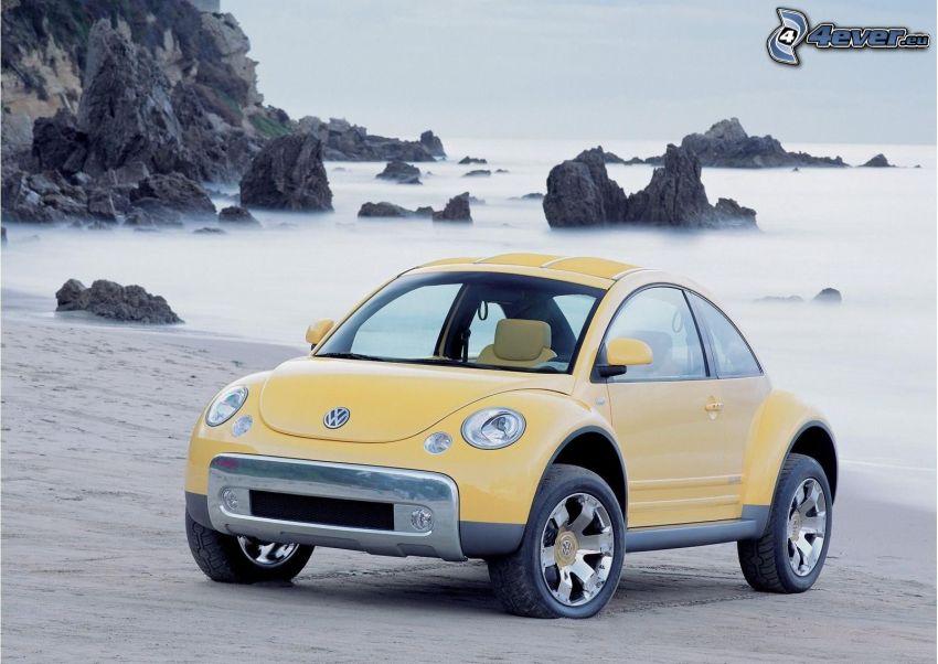 Volkswagen Beetle, spiaggia sabbiosa, rocce nel mare