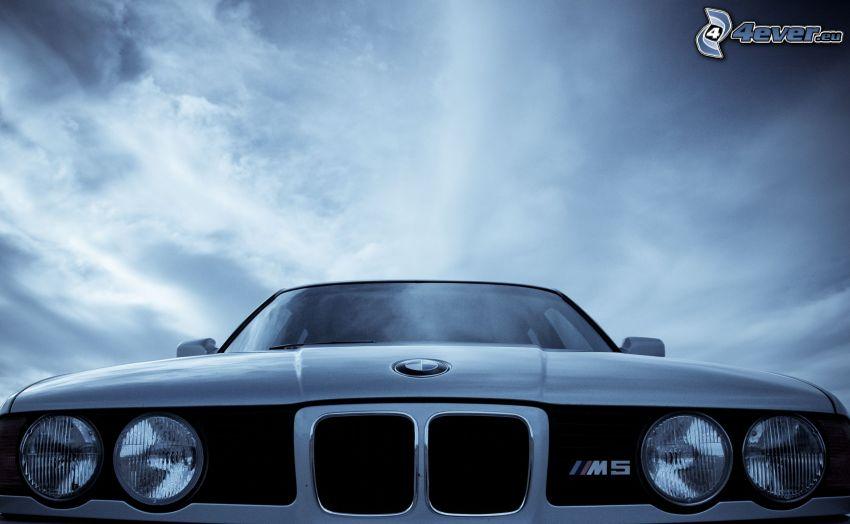 BMW M5, griglia anteriore, nuvole