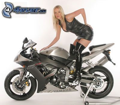 donna in moto, abito nero, Yamaha