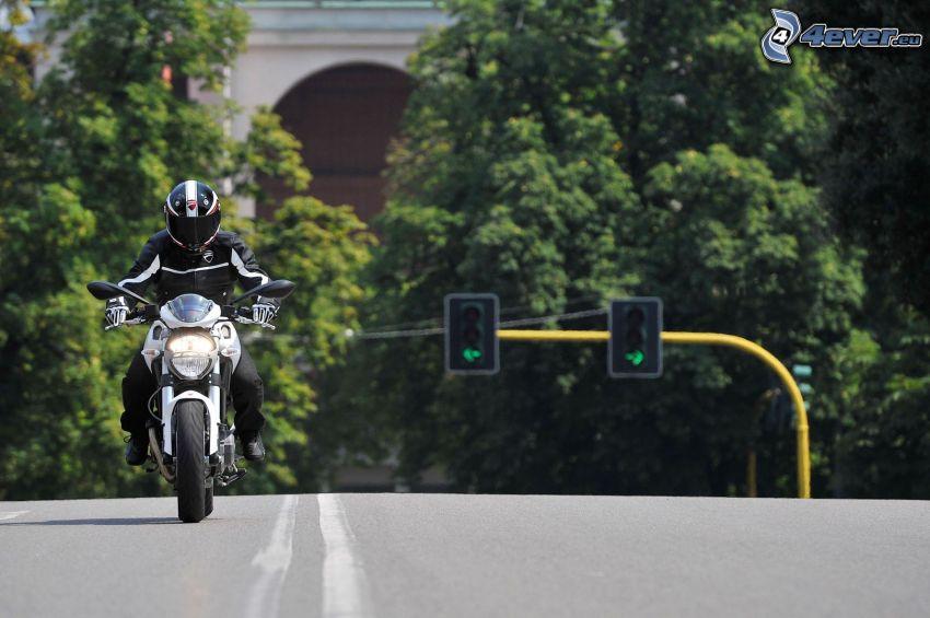 Ducati Monster 1100, motociclista, strada, semaforo