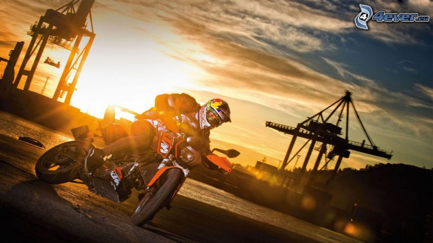 KTM duke 125, motociclista, drifting, tramonto nel porto