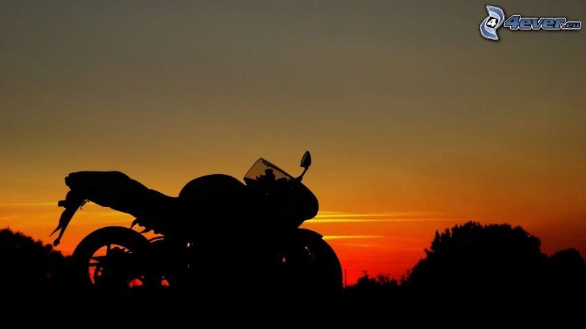 siluetta di una moto, serata all'alba