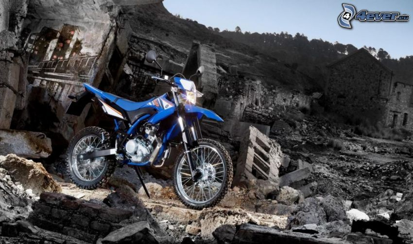 Yamaha WR125, città rovinata