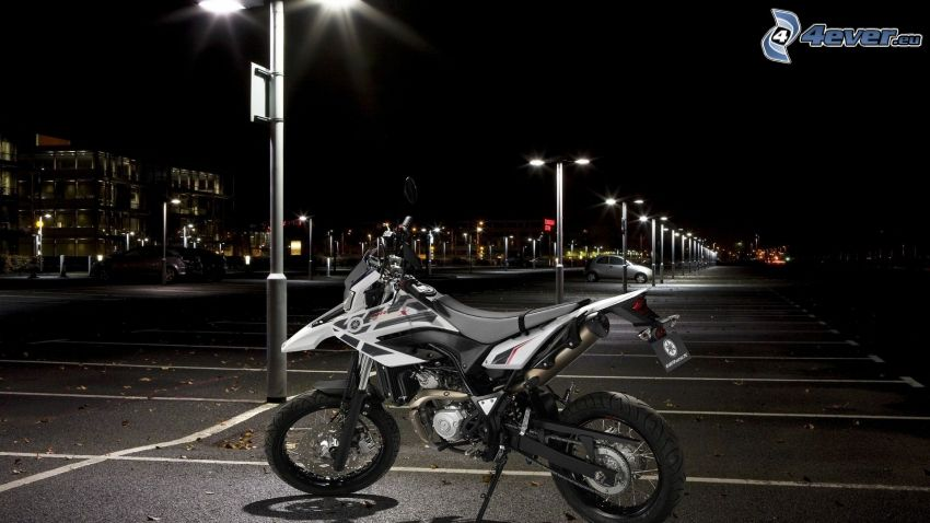 Yamaha WR125, parcheggio, lampioni, città notturno