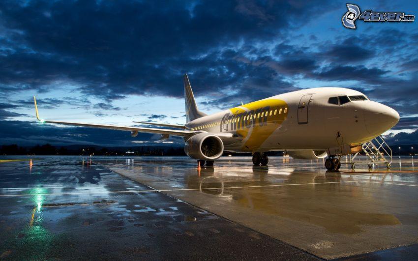 Boeing 737, aeroporto, nuvole