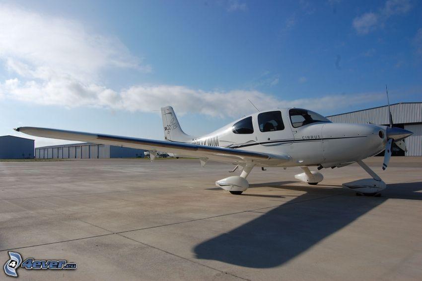 Cirrus SR22, aeroporto, hangar